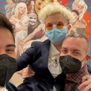 Silvia Flechoso e Ineditad Galería frente al Cuadro de Ayuso en Art Madrid