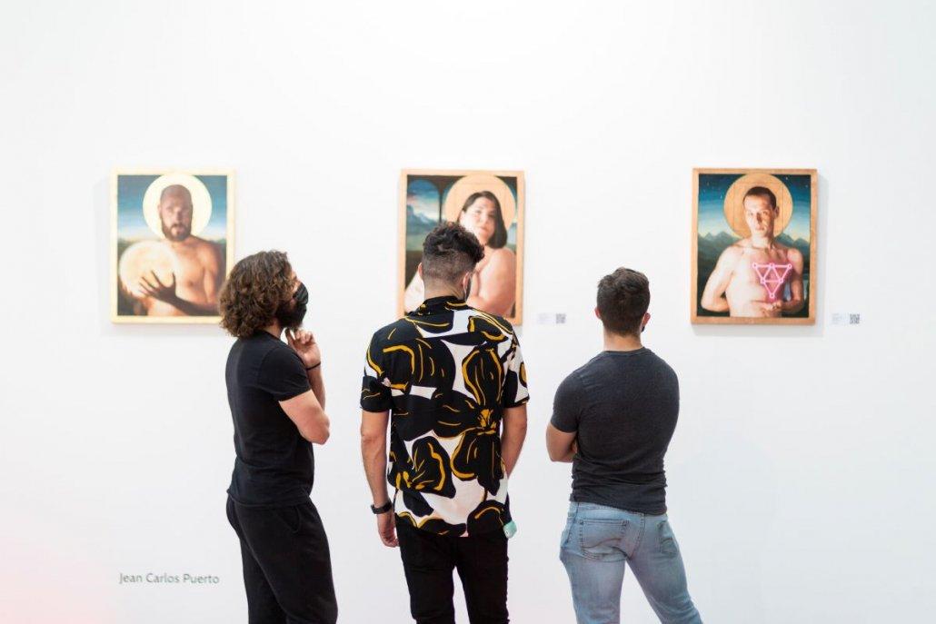 Visitantes de Art Madrid contemplando las obras de Jean Carlos Puerto en el stand de Inéditad